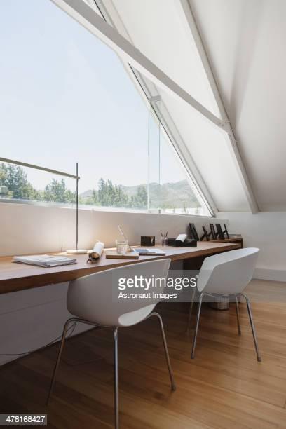 Tisch am Fenster in modernen Büro