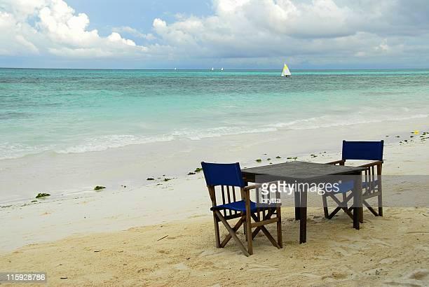 Tisch für zwei Personen im tropischen Strand, Insel Sansibar