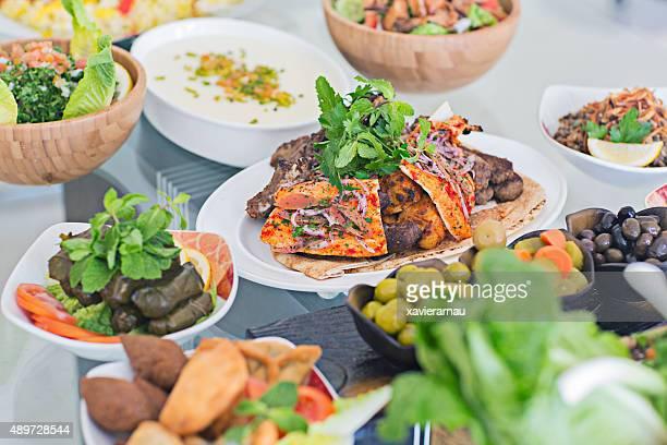Tavolo pieno di piatti