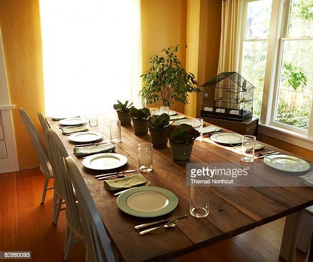 Impostazione della tabella in molto luminosa sala da pranzo