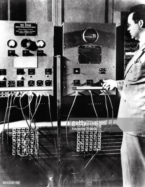 Tableau de commandes d'une machine à calculer électronique ENIAC le tracé que l'on voit sur l'écran de l'oscilloscope montre un des signaux...