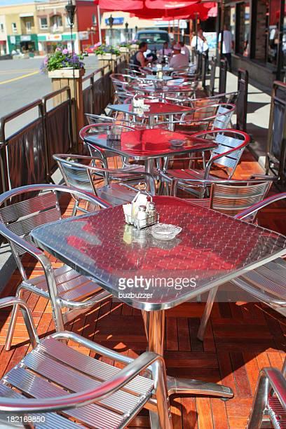 Tables et chaises sur la terrasse du Bistro Rue