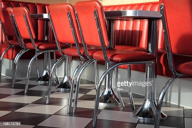 Des Tables et des fauteuils en cuir rouge du Restaurant de restauration rapide