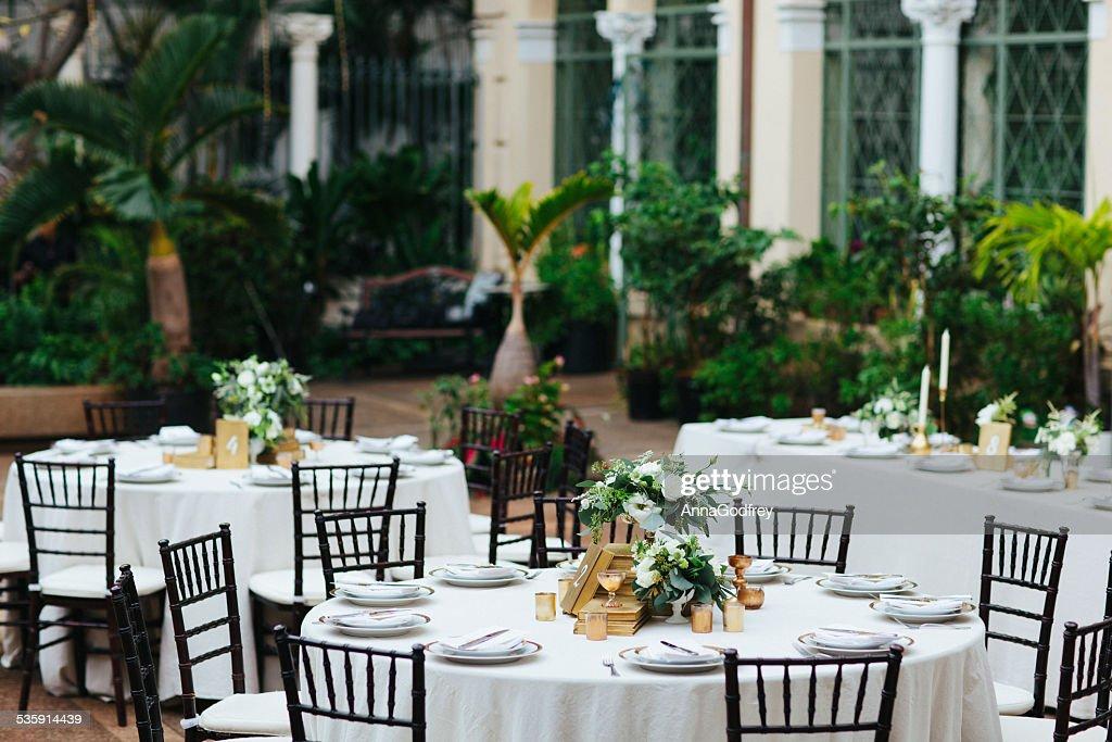 Mesas de una recepción de bodas en el patio : Foto de stock