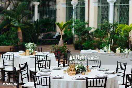 Mesas em um pátio Recepção de Casamento : Foto de stock