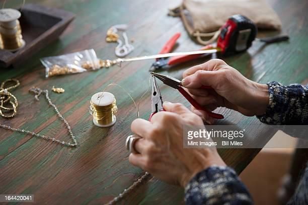 Ein Service mit Schmuck-Ausstattung. Hände drehen wire
