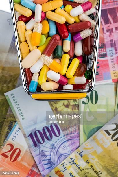Tabletten Einkaufswagen Schweizer Franken Symbolfoto für Medikamente Krankenkassen Kosten im Gesundheitswesen