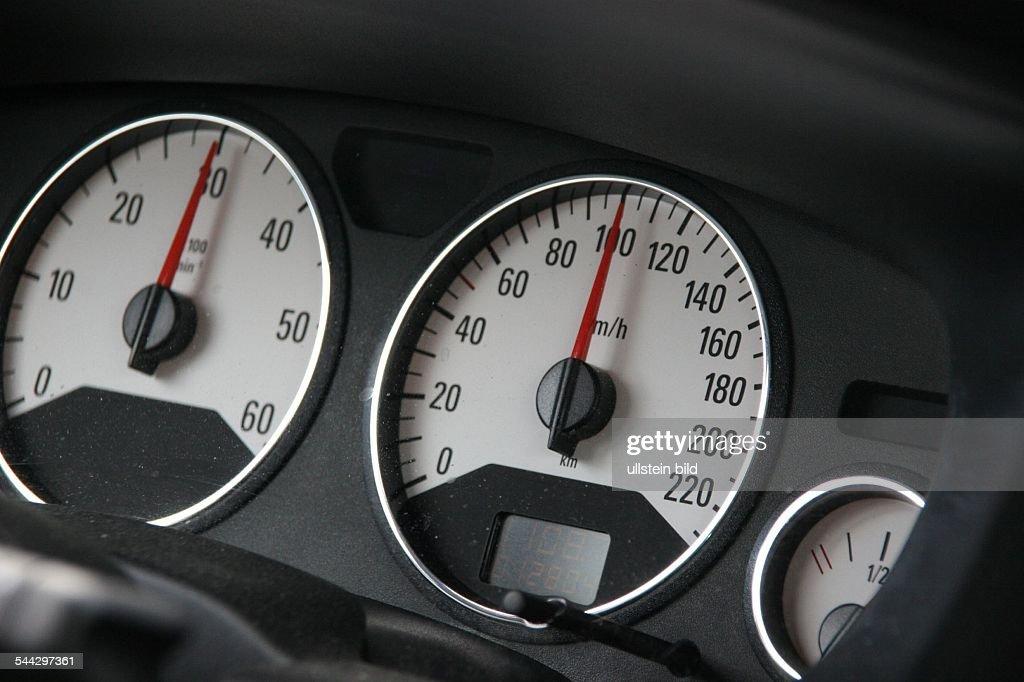 Tachometer in einem Auto bei Tempo 100 km / h