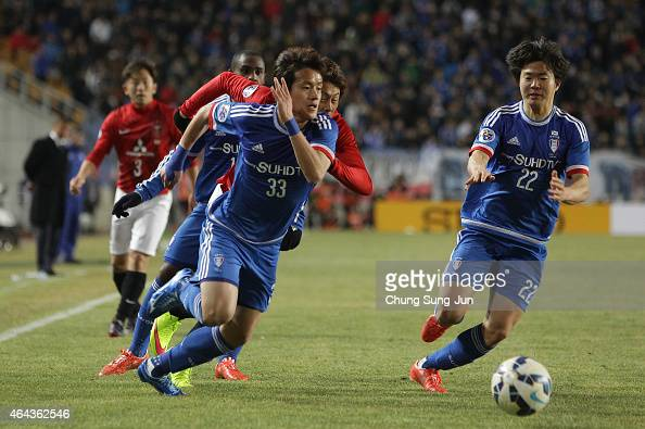 Tadanari Lee of Urawa Red Diamonds compete for the ball with Hong Chul and Baek JiHoon of Suwon Samsung FC during the AFC Champions League Group G...