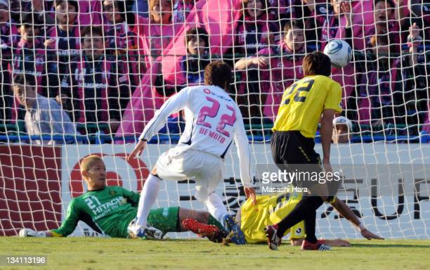 Taikai Uemoto scores the opening goal during the JLeague match between Kashiwa Reysol and Cerezo Osaka at Hitachi Kashiwa Soccer Stadium on November...