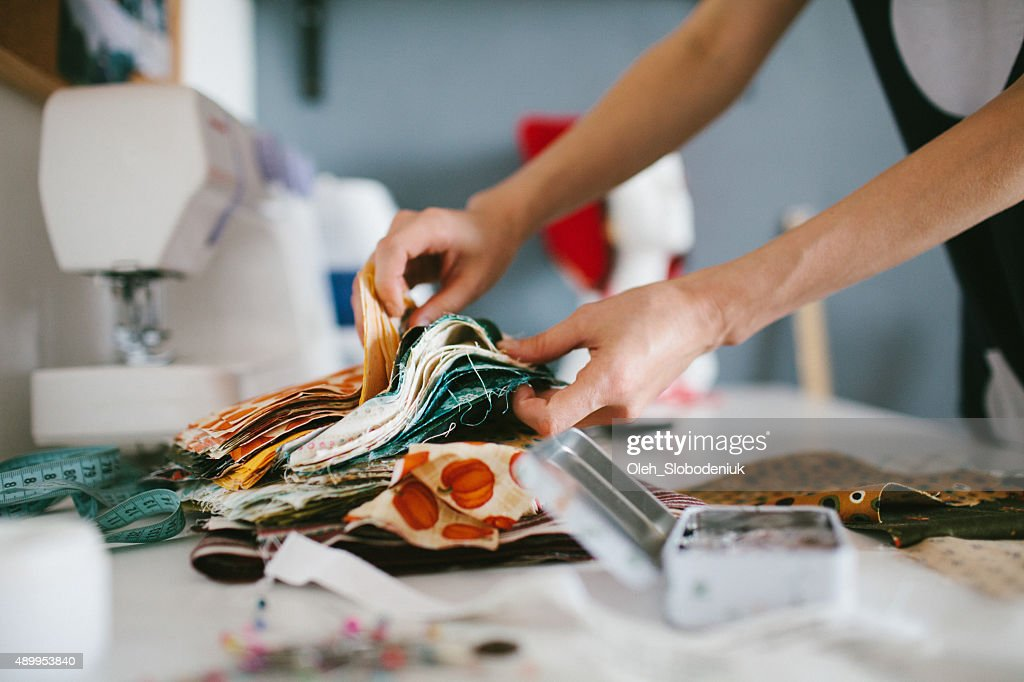 Tailor working on sewing machine : Stockfoto