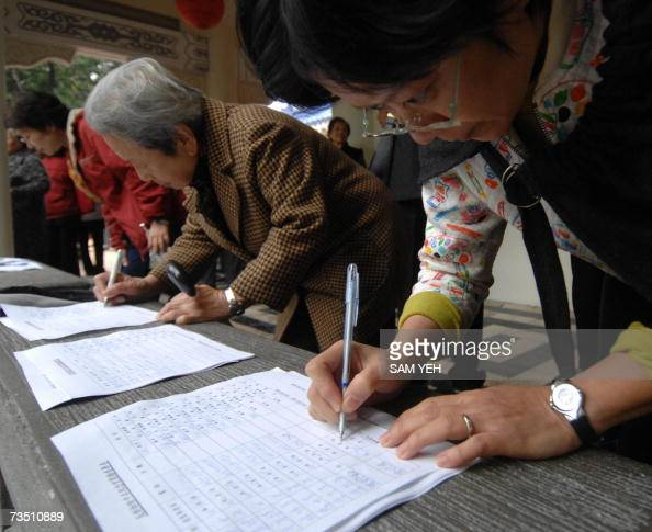 Local residents sign a petition to protest against the government at the Chiang Kaishek Memorial Hall during a demonstration in Taipei 07 March 2007...