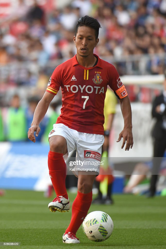 Taishi Taguchi of Nagoya Grampus keeps the ball during the J.League match between Nagoya Grampus and Yokohama F.Marinos at the Toyota Stadium on May 4, 2016 in Toyota, Aichi, Japan.