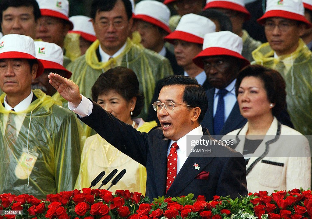 Taiwan President Chen Shui-bian swears in during the inguruation ceremony in front of Presidential Palace, in Taipei 20 May 2004. Taiwan's President Chen Shui-bian refused to rule out eventual reunification with China, after Beijing threatened to crush any moves by the island towards independence. AFP PHOTO/Sam YEH