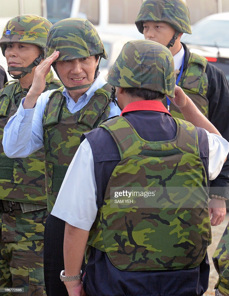 Taiwan President Ma Ying-jeou (2nd L) salutes after a live-fire drill in western Penghu islands on April 17, 2013. Taiwan's defence ministry on April 17 staged its biggest live-fire military exercise since 2008, aimed at reviewing the island's defence capability against a simulated Chinese invasion. AFP PHOTO / Sam Yeh