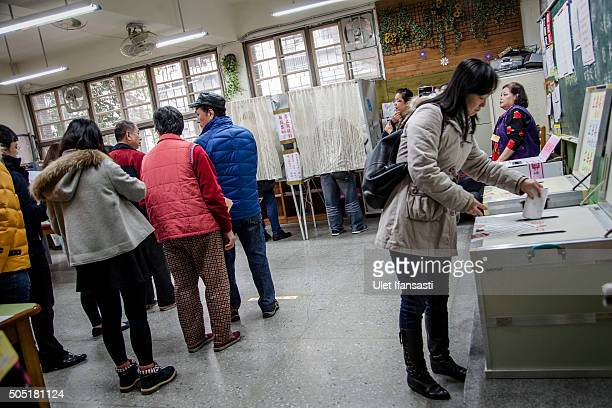 Taiwanese people line up to vote at a polling station on January 16 2016 in Taipei Taiwan Voters in Taiwan are set to elect Tsai Ingwen the...