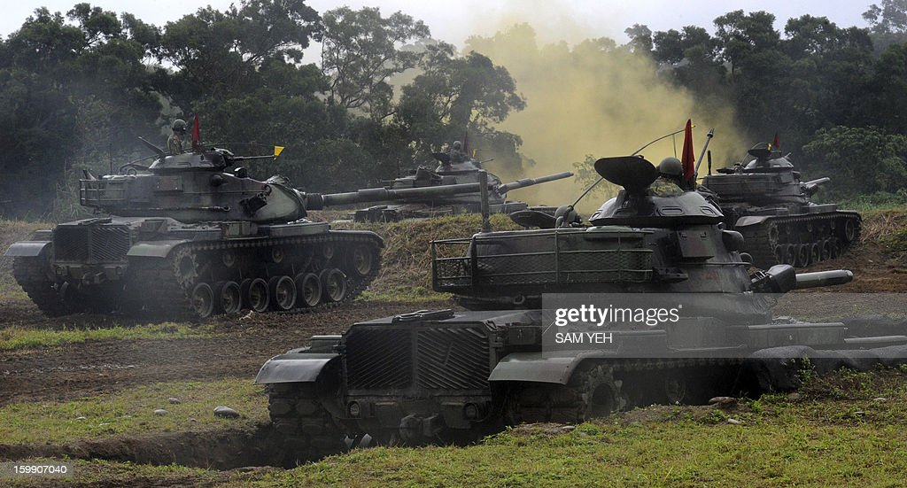 Taiwanese soldiers operate the US-made M60-A3 tanks taking part in the annual training at the Hualien army base on January 23, 2013. The Taiwan air force demonstrated their combat skills at the Hualien air base during an annual training before the coming lunar new year. AFP PHOTO / Sam Yeh