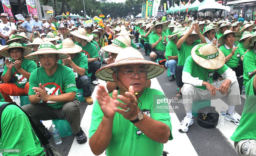 Taiwan's anti-China demonstrators clad in green T-shirts clap during a sit-in protest in Taipei on May 20, 2010. Hundreds of supporters of Taiwan's major pro-independence opposition rallied in the capital city as part of the party's efforts to stop the government from forging a trade pact with China.