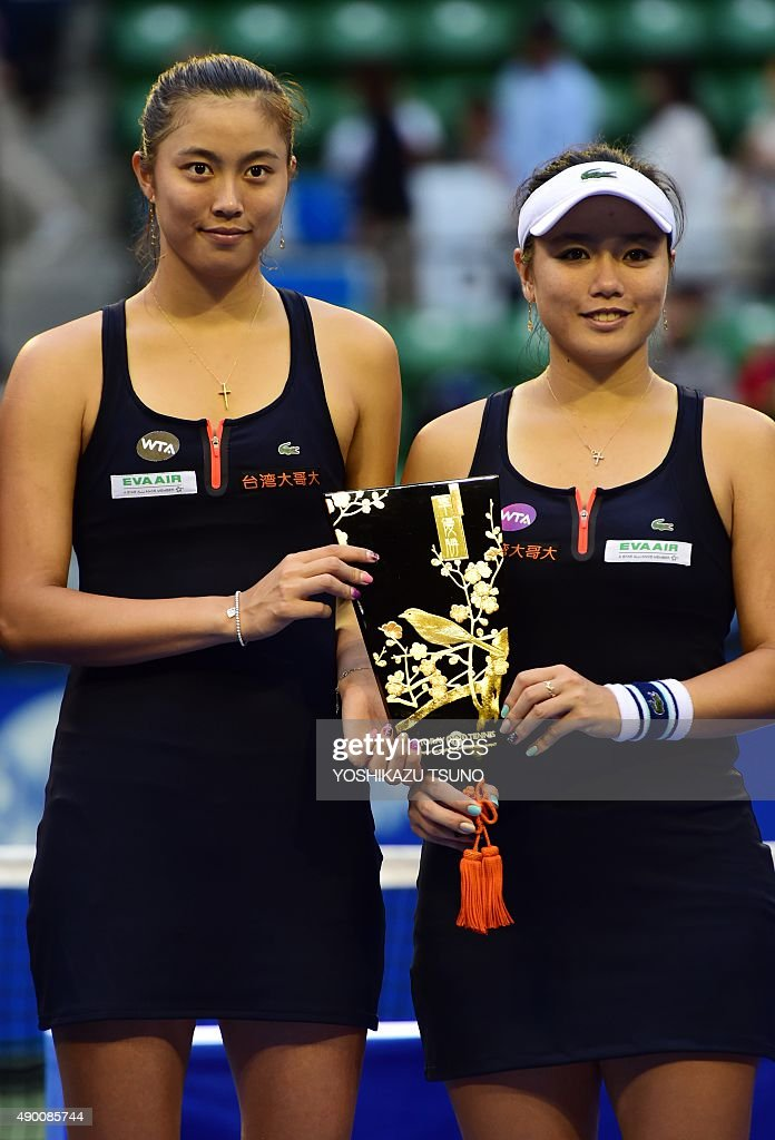 """¿Cuánto mide """" Latisha """" Young-Jan Chan? - Real height Taiwans-chan-haoching-and-chan-yungjan-hold-the-runnersup-trophy-picture-id490085744"""