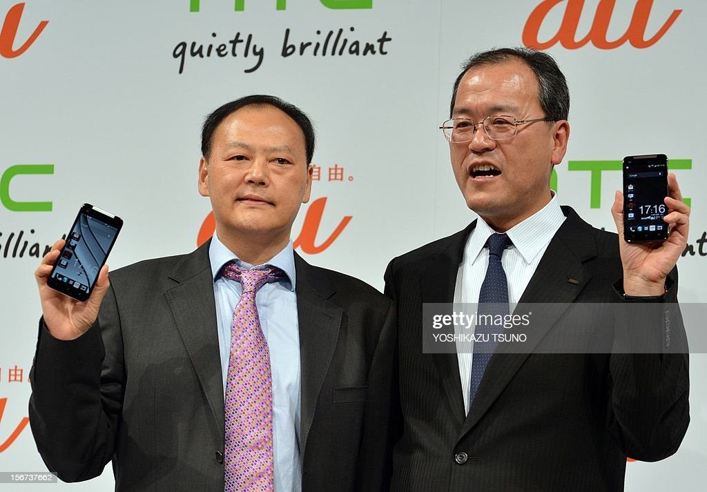 Taiwan's electronics giant HTC CEO Peter Chou (L) and KDDI president Takashi Tanaka display the new smartphone 'HTCJ butterfly' for Japanese mobile carrier KDDI in Tokyo on November 20, 2012. The new smartphone has a quad-core CPU, 5-inch sized high-definition LCD display and an 8 mega-pixel CMOS camera on its slim body. AFP PHOTO / Yoshikazu TSUNO