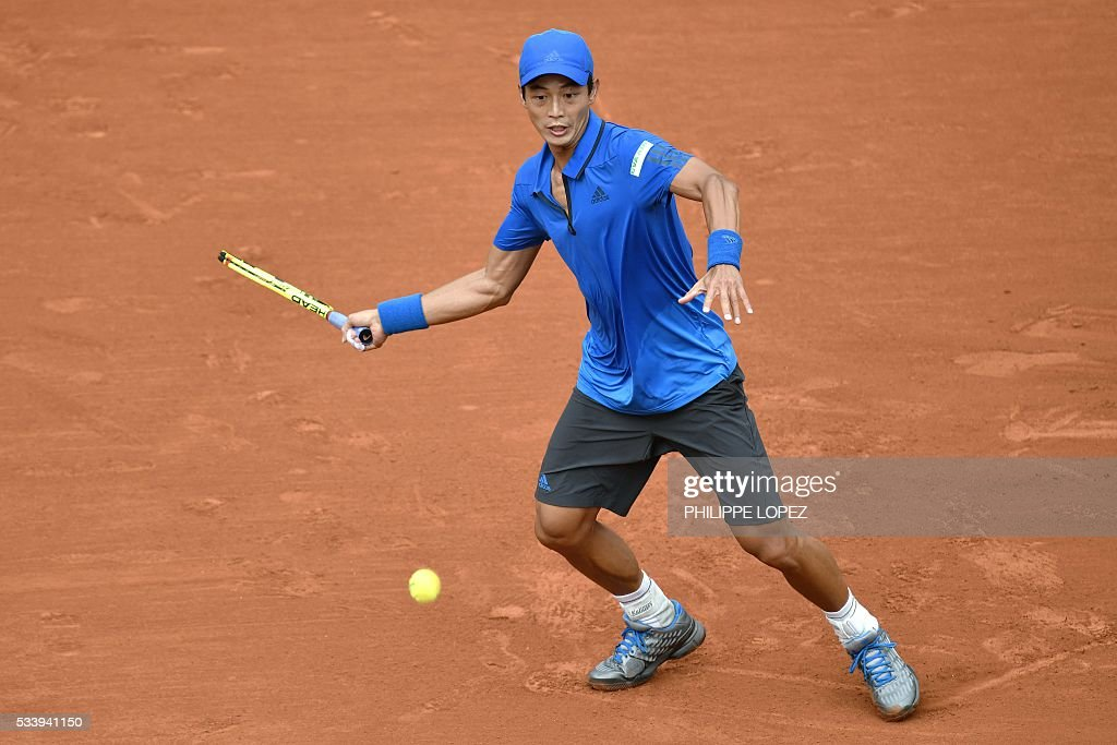 Taiwan's Lu Yen-Hsun returns the ball to Serbia's Novak Djokovic during their men's first round match at the Roland Garros 2016 French Tennis Open in Paris on May 24, 2016. / AFP / PHILIPPE
