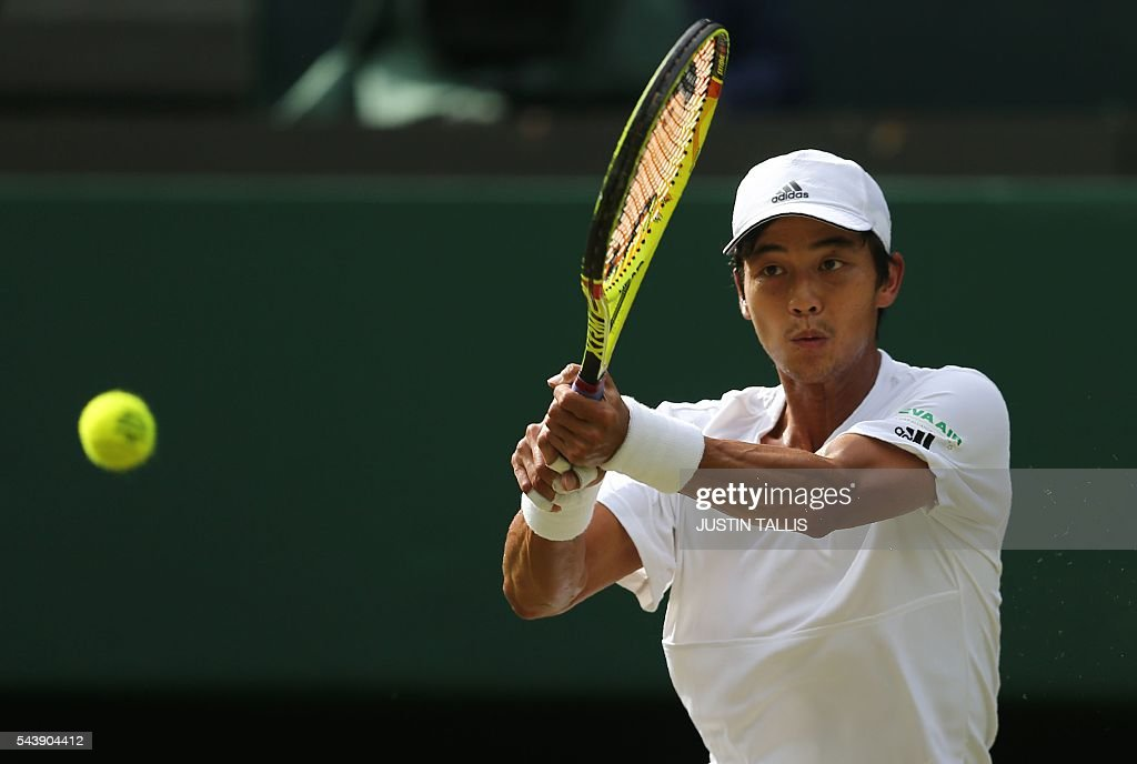 Taiwan's Lu Yen-hsun returns to Britain's Andy Murray during their men's singles second round match on the fourth day of the 2016 Wimbledon Championships at The All England Lawn Tennis Club in Wimbledon, southwest London, on June 30, 2016. / AFP / JUSTIN