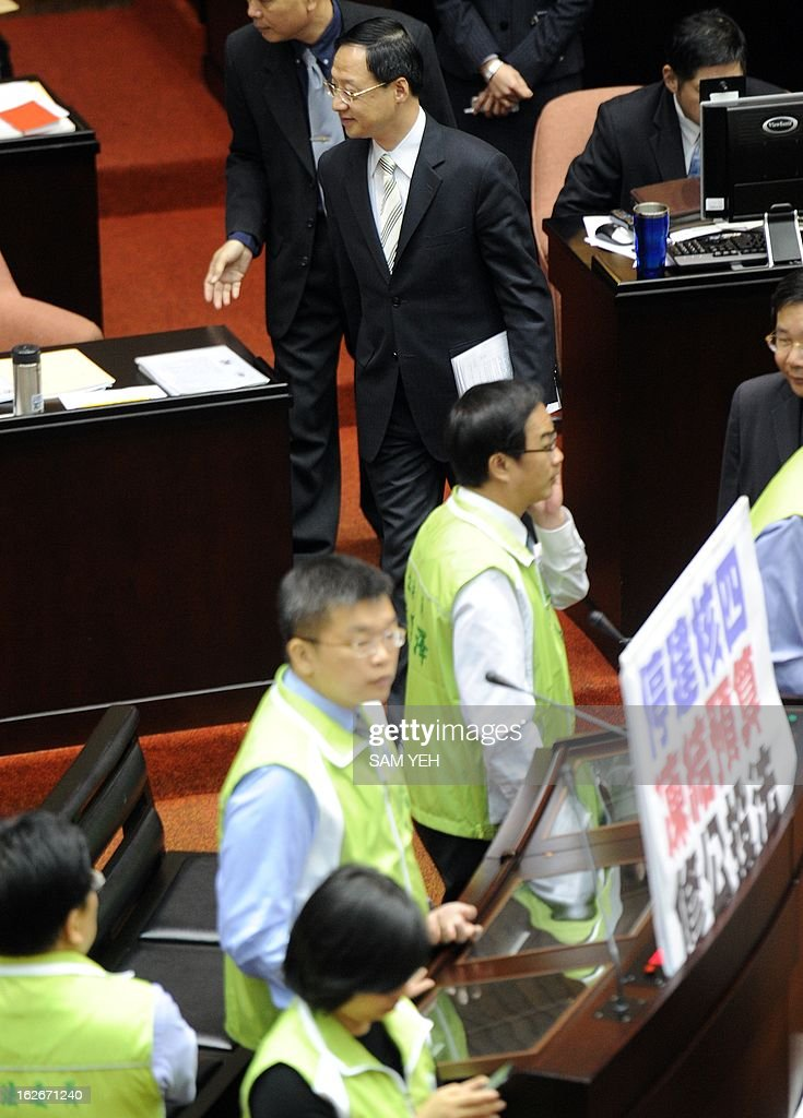 Taiwan's Premier Jiang Yi-hua (top C) walks past the legislators from the main opposition Democratic Progressive Party (DPP) as they protest against the government's fourth nuclear power plant policies at the parliament in Taipei on February 26, 2013. Premier Jiang said for the first time that the government may support a referendum on the island's half-completed and hugely controversial fourth nuclear power plant. AFP PHOTO / Sam YEH