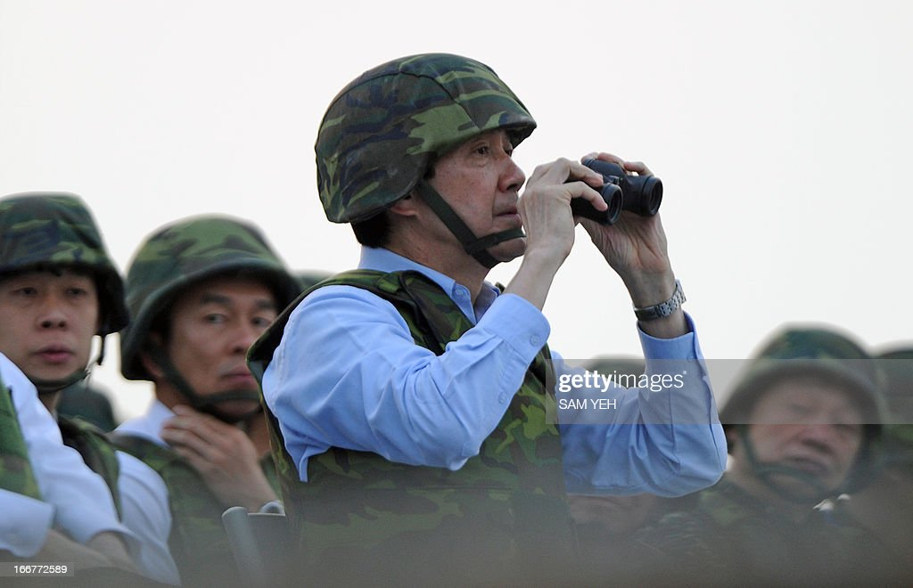 Taiwan's President Ma Ying-jeou (C) watches a live-fire drill in western Penghu islands on April 17, 2013. Taiwan's defence ministry on April 17 staged its biggest live-fire military exercise since 2008, aimed at reviewing the island's defence capability against a simulated Chinese invasion. AFP PHOTO / Sam Yeh