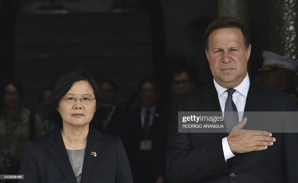 Taiwan's President Tsai Ing-wen (L) and Panama's President Juan Carlos Varela are pictured during a ceremony at the presidential palace in Panama City on June 27, 2016. Taiwan's new president is visiting Panama in her first overseas trip since taking office, amid speculation that it could become the next ally to switch allegiance to Beijing. / AFP / RODRIGO