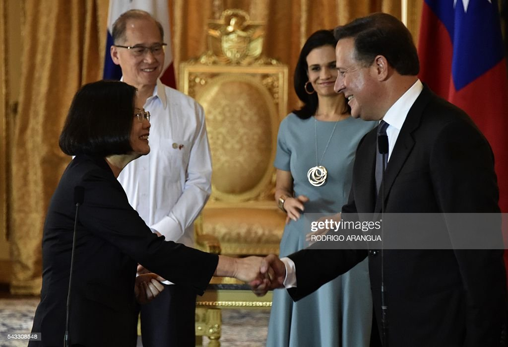 Taiwan's President Tsai Ing-wen (L) and Panama's President Juan Carlos Varela shake hands after holding a meeting at the presidential palace in Panama City on June 27, 2016. Taiwan's new president is visiting Panama in her first overseas trip since taking office, amid speculation that it could become the next ally to switch allegiance to Beijing. / AFP / RODRIGO
