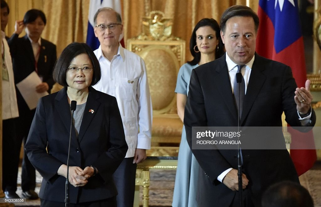 Taiwan's President Tsai Ing-wen (L) and Panama's President Juan Carlos Varela speak to the press after holding a meeting at the presidential palace in Panama City on June 27, 2016. Taiwan's new president is visiting Panama in her first overseas trip since taking office, amid speculation that it could become the next ally to switch allegiance to Beijing. / AFP / RODRIGO