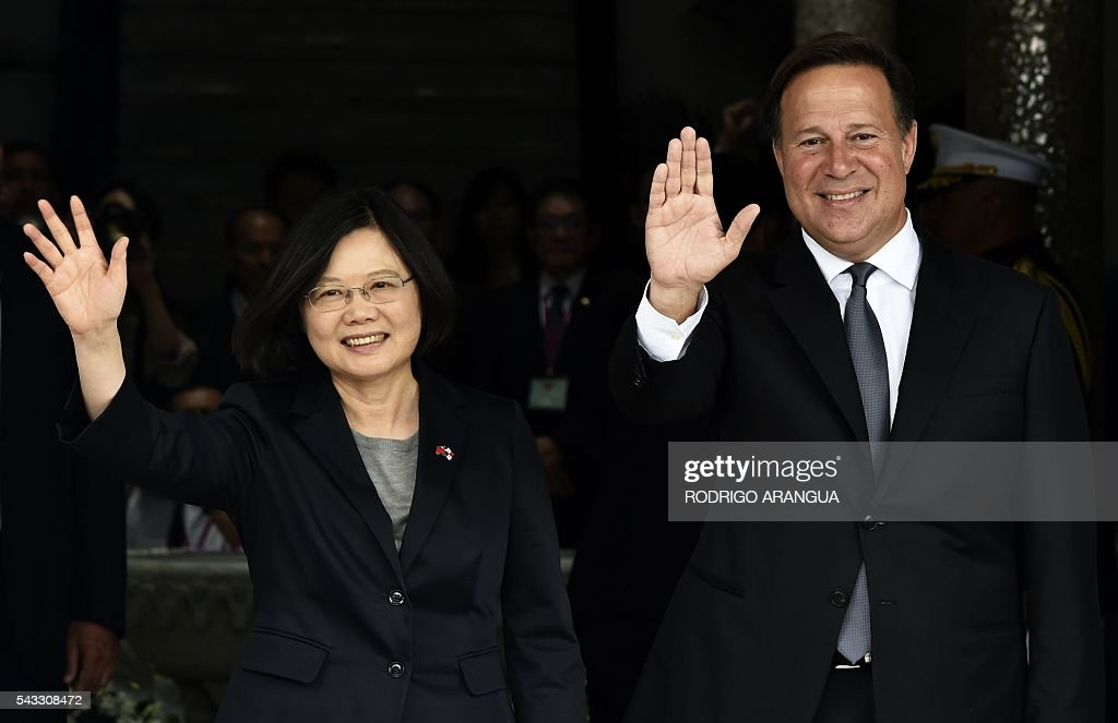 Taiwan's President Tsai Ing-wen (L) and Panama's President Juan Carlos Varela wave to the press during a ceremony at the presidential palace in Panama City on June 27, 2016. Taiwan's new president is visiting Panama in her first overseas trip since taking office, amid speculation that it could become the next ally to switch allegiance to Beijing. / AFP / RODRIGO