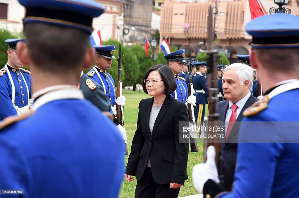 Taiwan's President Tsai Ing-wen (C) arrives at the presidential palace in Asuncion to meet Paraguayan President Horacio Cartes, on June 28, 2016. Taiwan's new president is visiting Paraguay as part of her first overseas trip since taking office in May. / AFP / NORBERTO
