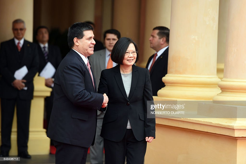 Taiwan's President Tsai Ing-wen (R) is welcomed by Paraguayan President Horacio Cartes upon her arrival at the presidential palace in Asuncion on June 28, 2016. Taiwan's new president is visiting Paraguay as part of her first overseas trip since taking office in May. / AFP / NORBERTO