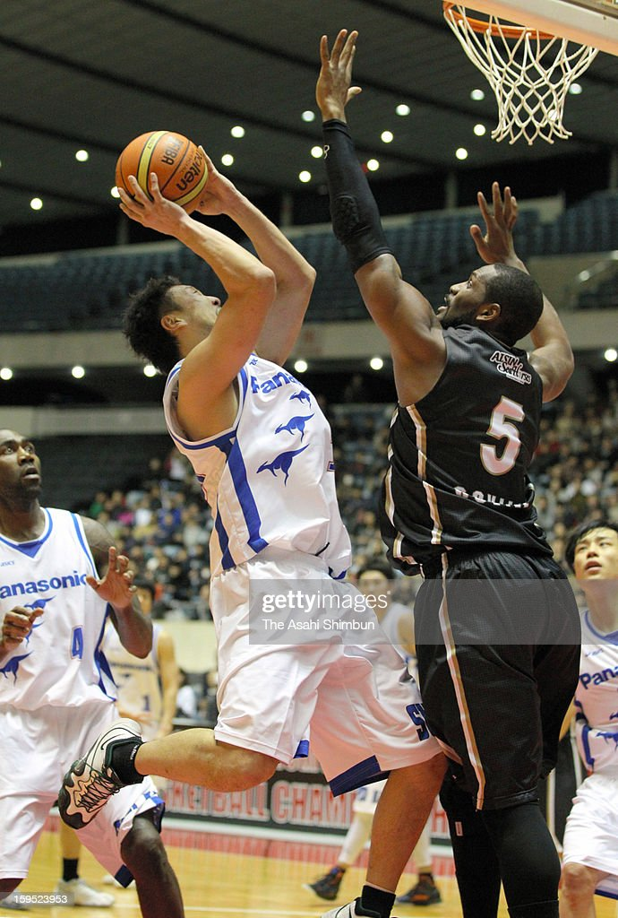 Takanori Onishi (L) of Panasonic Trians scores during the 88th Emperor's Cup All Japan Men's Basketball Championship between Panasonic Trians and Aisin Seahorses at Yoyogi national Gymnasium on January 14, 2013 in Tokyo, Japan.