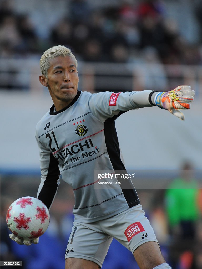 <a gi-track='captionPersonalityLinkClicked' href=/galleries/search?phrase=Takanori+Sugeno&family=editorial&specificpeople=5650990 ng-click='$event.stopPropagation()'>Takanori Sugeno</a> of Kashiwa Reysol in action during the 95th Emperor's Cup semi final match between Urawa Red Diamonds and Kashiwa Reysol at Ajinomoto Stadium on December 29, 2015 in Chofu, Tokyo, Japan.