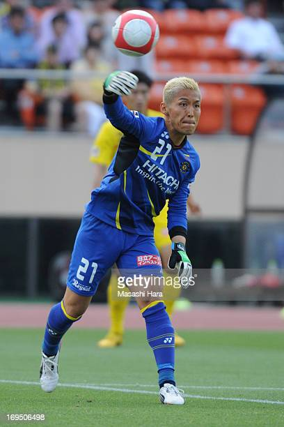 Takanori Sugeno of Kashiwa Reysol in action during the JLeague match between Kashiwa Reysol and Urawa Red Diamonds at the National Stadium on May 26...