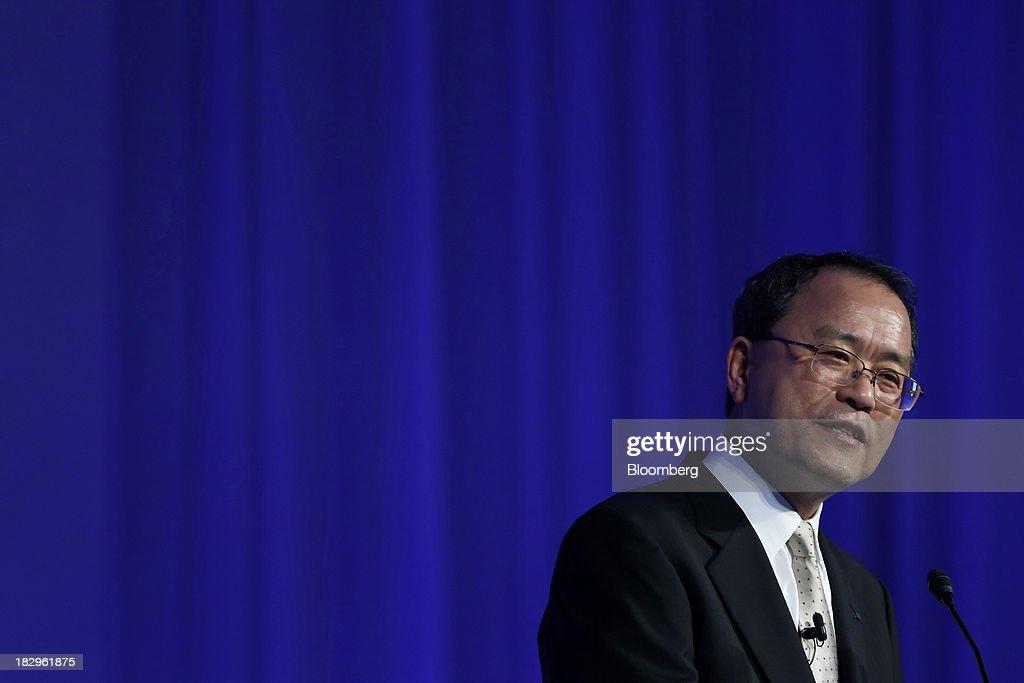 KDDI President Takashi Tanaka Introduces New Smartphones