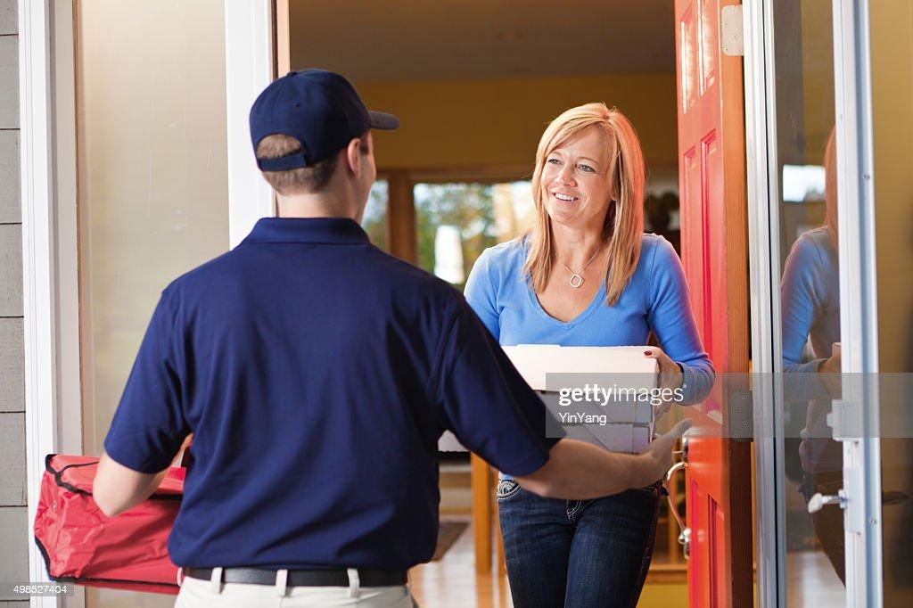 La livraison de pizzas à emporter homme au client de porte : Photo