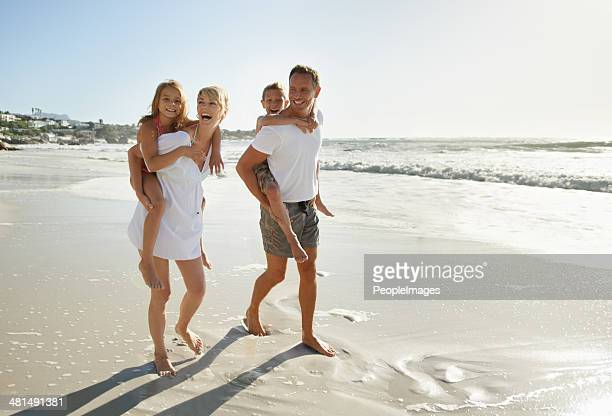 Famille prendre une promenade sur la plage