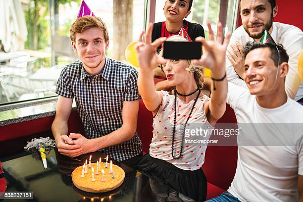 Prendendo un selfie durante una festa di compleanno