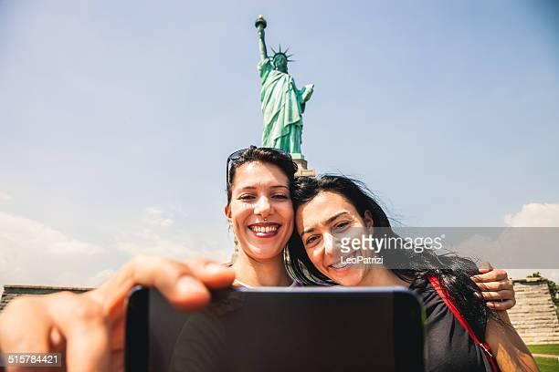 Prenant un selfie devant la Statue de la Liberté