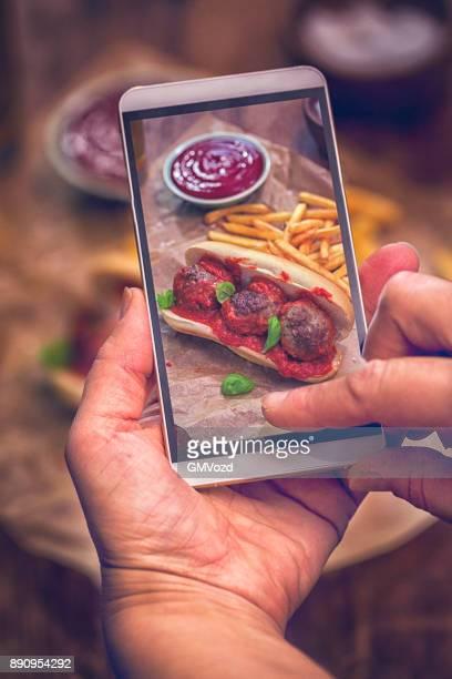 Ta foto av köttbullar smörgås med tomatsås