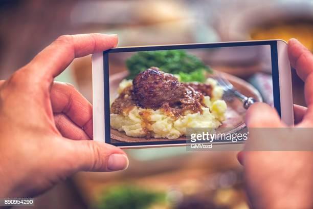 Ta foto av rostad köttbullar med öl sås och potatismos