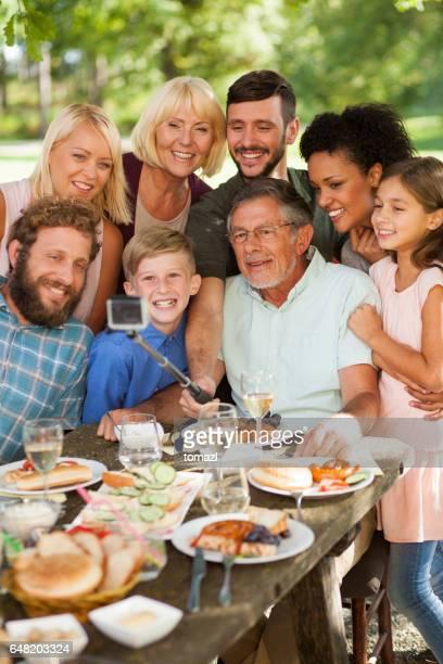 Tomando selfie en un picnic familiar