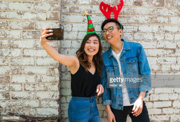 Nehmen Selfie während der Weihnachtsfeier.
