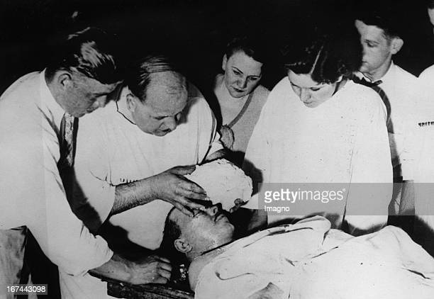 Taking the death mask of John Dillinger's face in the morgue in Chicago USA Photograph 1934 Abnehmen der Totenmaske von John Dillingers Gesicht in...