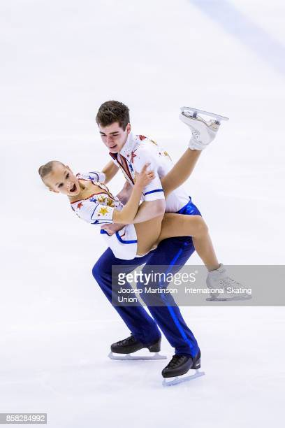 Talisa Thomalla and Robert Kunkel of Germany compete in the Pairs Free Skating during day two of the ISU Junior Grand Prix of Figure Skating at...