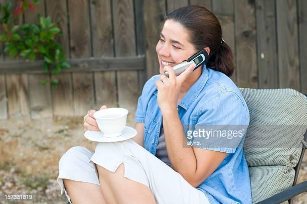 携帯電話で話している