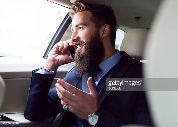 Parlando al telefono nel retro di un Taxi